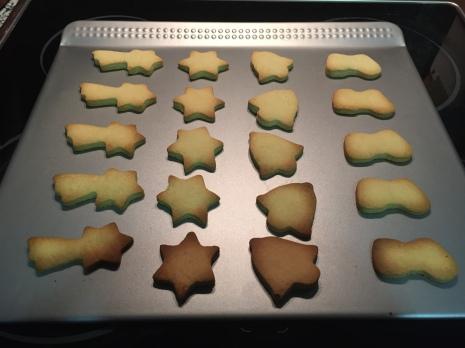 Galletas navideñas recién horneadas